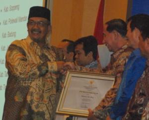 Walikota Bitung, Hanny Sondakh terima penghargaan LAKIP 2012 dari Menteri PAN, Azwar Abu Bakar