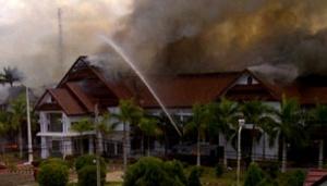 Water Canon padamkan kebakaran di Kantor Walikota Palopo/ photo: Awaluddin/ antara