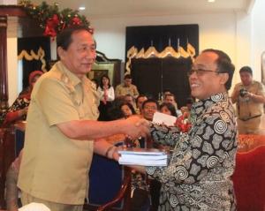 Walikota Bitung dan Kepala Biro Umum Bertukar Cendera Mata
