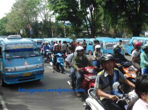 Ratusan Sopir Angkot Mendesak Pencabutan Trayek Baru (photo/ ardan gala)