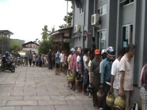 Antrian warga untuk membeli elpiji 3 Kg/ photo Ardan Gala