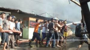 Warga bersama Tim Pemadam kebakaran berusaha padamkan api/ foto: Ardan gala