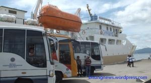 Kapal perintis Sabuk nusantara 38 dan 3 unit Bus bantuan Kementerian Perhubungan. photo: ardan gala