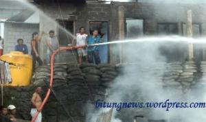 Tim Pemadam kebakaran berusaha memadamkan api