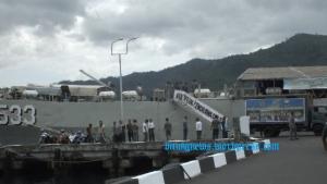 Bantuan Koarmatim kepada korban banjir bandang Manado tiba dengan KRI Teluk Cendrawasih di Lanal Bitung