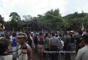Polisi datangi lokasi pembabatan hutan, ratusan warga kepung dengan senjata tajam