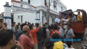 Suasana penyerahan bantuan Forsa Warkop terhadap korban bencana banjir bandang di Kampung Ketang (ardan gala)