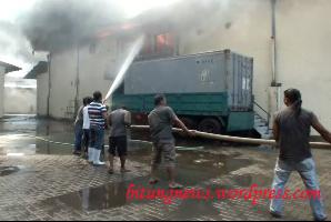Tim Pemadam kebakaran kewalahan padamkan api.