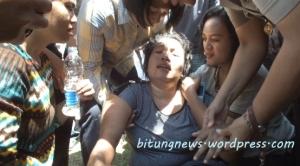 Fatmawati Begawan, ibu korban Nicky Mengko, berkali-kali pingsan.