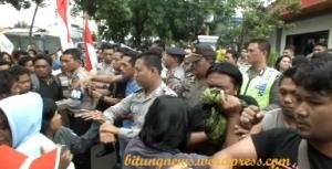 Aksi saling dorong antara polisi dengan warga
