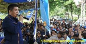 Caleg Partai Nasdem Dapil 3 DPRD Bitung berorasi di depan massanya