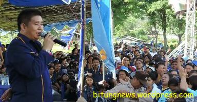 Anthonius Supit berorasi di depan massa Partai Nasdem, saat kampanye Pemilu 2014