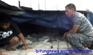 Aparat TNI AL periksa ribuan bal baju bekas ilegal asal Malaysia
