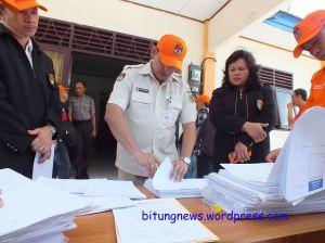 Anggota KPU Bitung menghitung kertas suara yang akan dimusnahkan