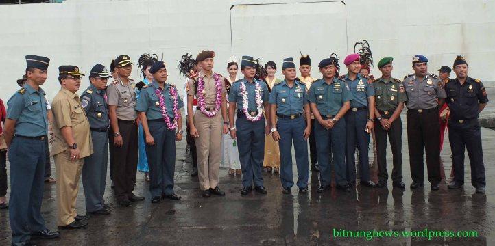 Para Penjabat Kota Bitung menyambut kedatangan KRI Cenderawasih