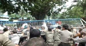 Aksi Saling dorong Satpol PP dengan Pedagang Pasar Sagerat