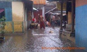 masyarak candi yang rela basah dengan hujan demi menjaga rumah mereka jangan sampai masuk air
