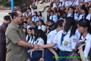 humiang jabat tangan dengan anak sekolah smp gambar ardan