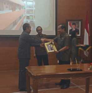 Lomban menerima Aset dari kementerian PU Agoes Widjanarko