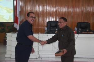 Pertukaran cendera mata,Humiang dan Drs. Ibrahim Hamdani