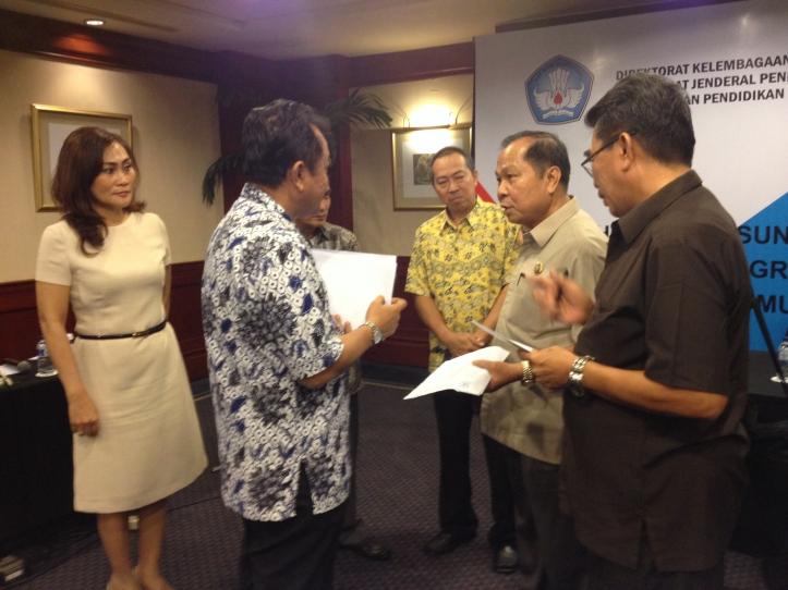 Lomban mengikuti rapat di Surabaya