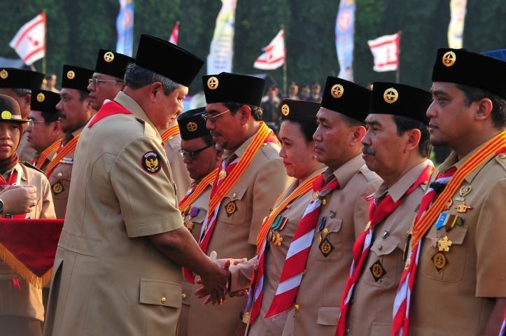Pak SBY memberikan penghargaan kepada pembimbing pramuka