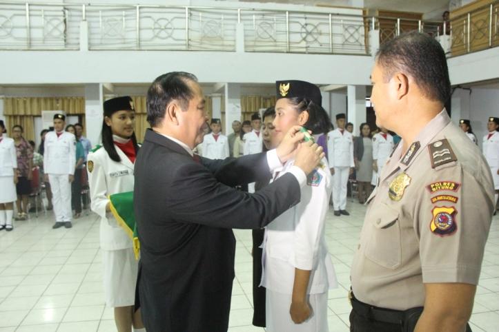 Lomban memberikan PIN penghargaan kepada Paskibraka