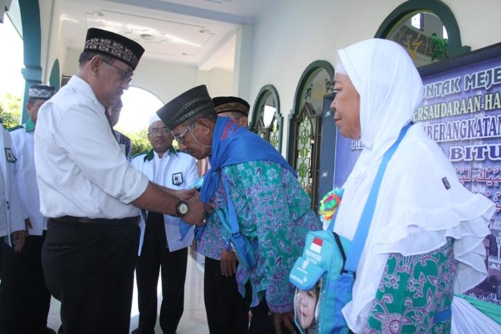 Humiang bersalaman dengan Calon Jamah Haji