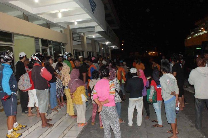 Penjual yasongan berkumpul dedepan terminal penumpang