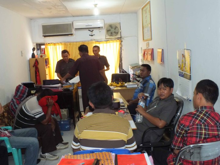 Penyidik Polres Bitung memeriksa anggota lapas