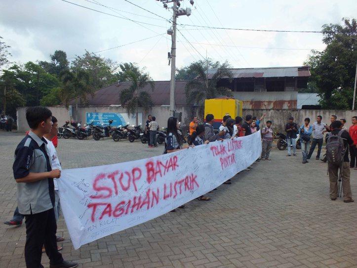 para pemuda melanjutkan action dikantor pln