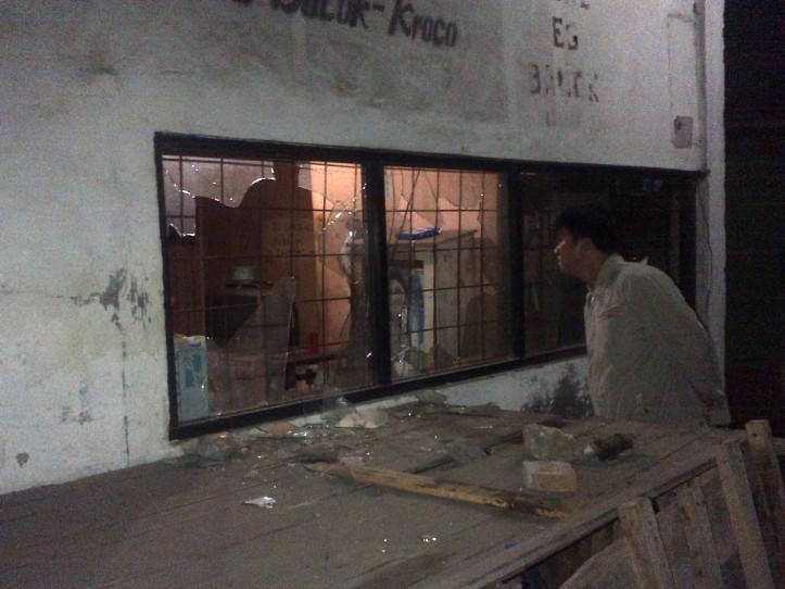 Kaca milk pabrik yang dilempar batu