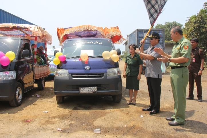Lomban melepaskan peserta pawai pembangunan