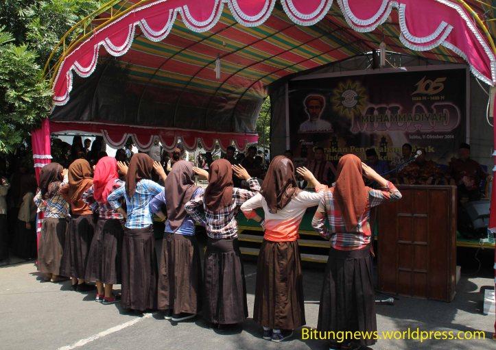 Siswa Muhammadiyah memberikan penghormatan kepada undangan