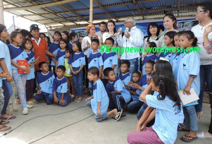 OC Kaligis dan artis cantik foto bersama dengan anak - anak langit