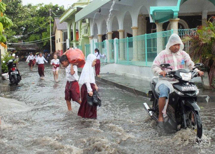 arus jalan pateten yang terendam banjir