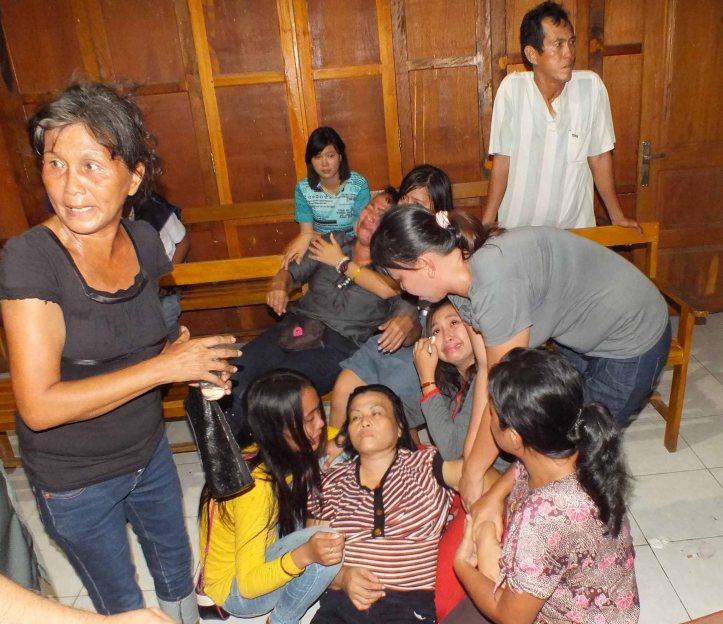 Ibunda serta keluarga yang lain histeris dalam ruangan persidangan
