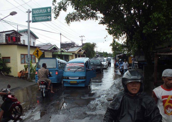 Jalan raya yang rusak parah