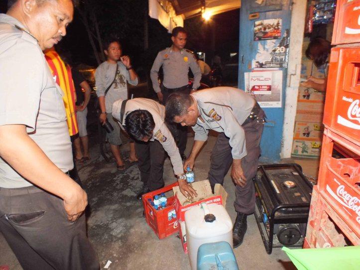 Polisi berhasil menyita 122 botol cap tikus