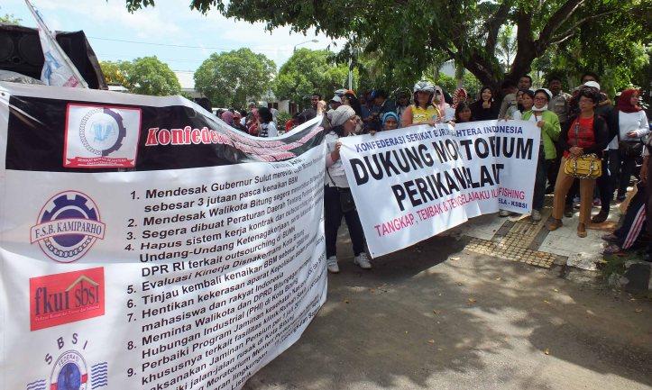 Ratusan buruh kota Bitung melakukan aksi demo