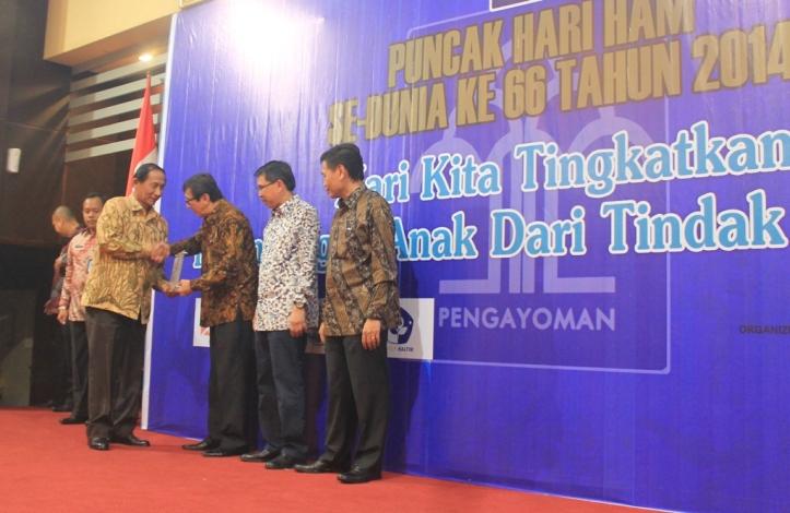 Sondakh menerima penghargaan dari menteri HAM
