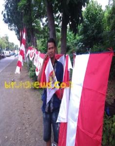 Pedagang pernak-pernik merah putih di ruas jalan Manado-Bitung, Madidir