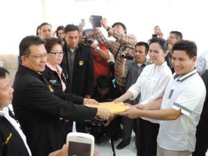 Pasangan Calon Walikota dan Wawali, Aryanti Baramuli Putri dan Santy Gerald Luntungan (BARUNTUNG) serahkan berkas pendaftaran di KPU Bitung