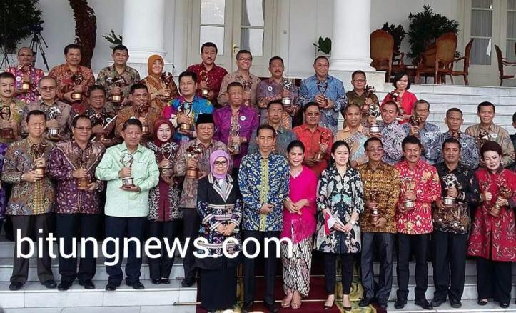 Bupati Gorontalo, David Bobihoe Akib,  foto bersama Presiden Joko Widodo di  Istana Bogor