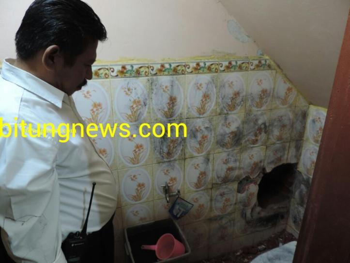 Lubang dinding di kamar mandi Toko Cahaya Emas