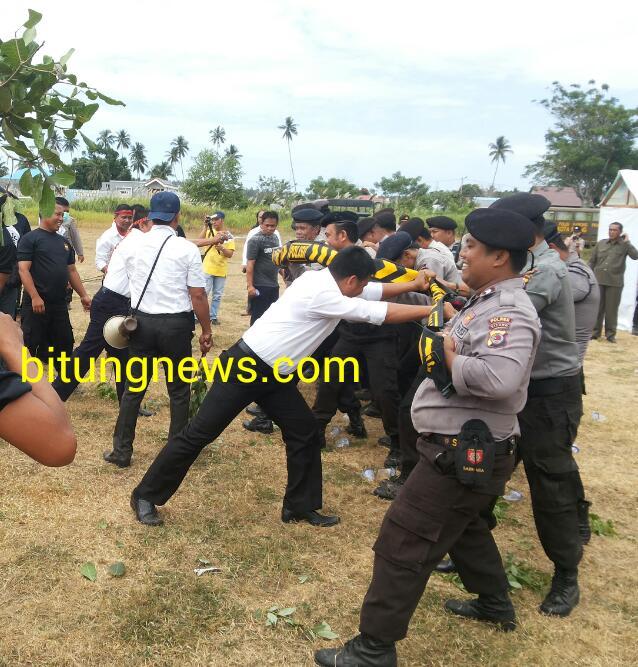 Simulasi bentrokan antara Polisi dengan Massa