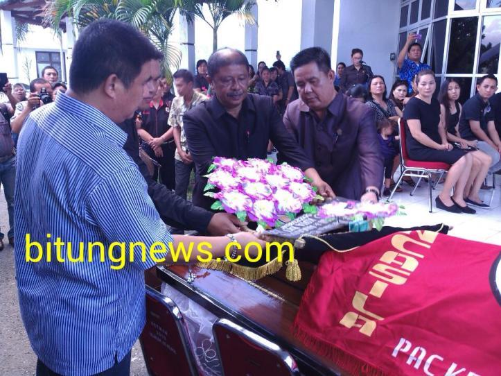 Ketua DPRD dan Ketua-Ketua Komisi letakkan karangan bunga di atas peti jenazah
