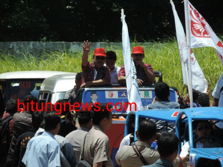 Pasangan Calon Walikota dan Wakil Walikota Hengky Honandar-Fabian Kaloh ikuti pawai damai