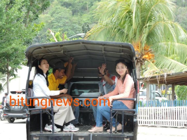 Aryanthi Baramuli menggunakan angkutan umum keliling Pulau Lembeh