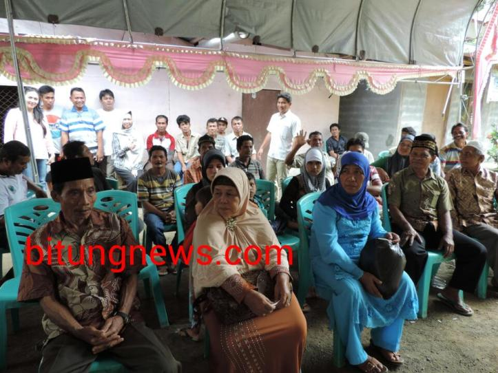 Pasangan Calon Walikota dan Wakil Walikota Aryanthi Baramuli-Shanty Luntungan di tengah-tengah warga
